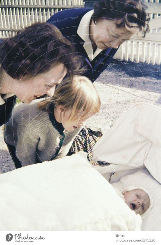 Publikumsliebling Kinderwagen Decke feminin Baby Mädchen Frau Erwachsene 4 Mensch Hemd Jacke brünett blond kurzhaarig beobachten Blick stehen Lebensfreude