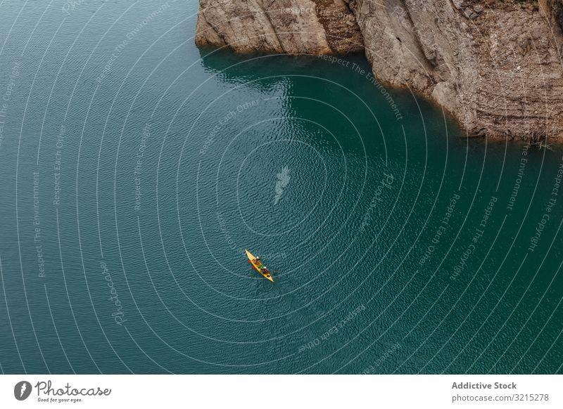 Menschen, die einen Fluss mit dem Kajak überqueren Wasser Lifestyle Sport Kajakfahren reisen Landschaft Erholung Aktivität Boot Sommer Rudern Natur Tourismus