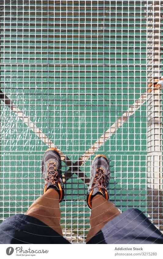 In einer Brücke stehende Männerbeine Überfahrt Mann Berge u. Gebirge Suspension Natur Person Beine Draufsicht reisen Landschaft im Freien Abenteuer Spaziergang