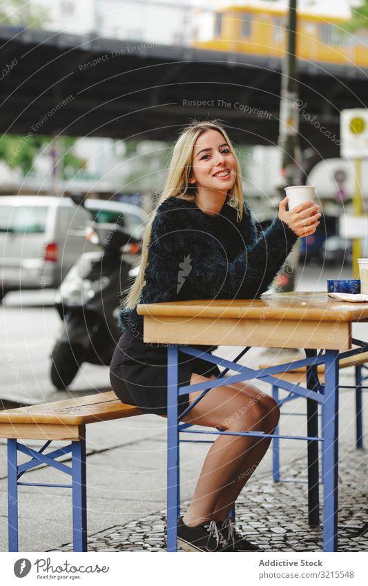 Schöne Frau trinkt Kaffee in Straßencafé Café Berlin trinken blond heiter Lächeln jung schön Mode stylisch elegant attraktiv lässig Behaarung Model trendy Glück