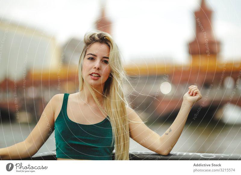 Schöne blonde Frau, die sich an ein Geländer lehnt Model schön Lehnen Berlin Reling jung stylisch trendy traumhaft elegant urban charmant feminin Sightseeing