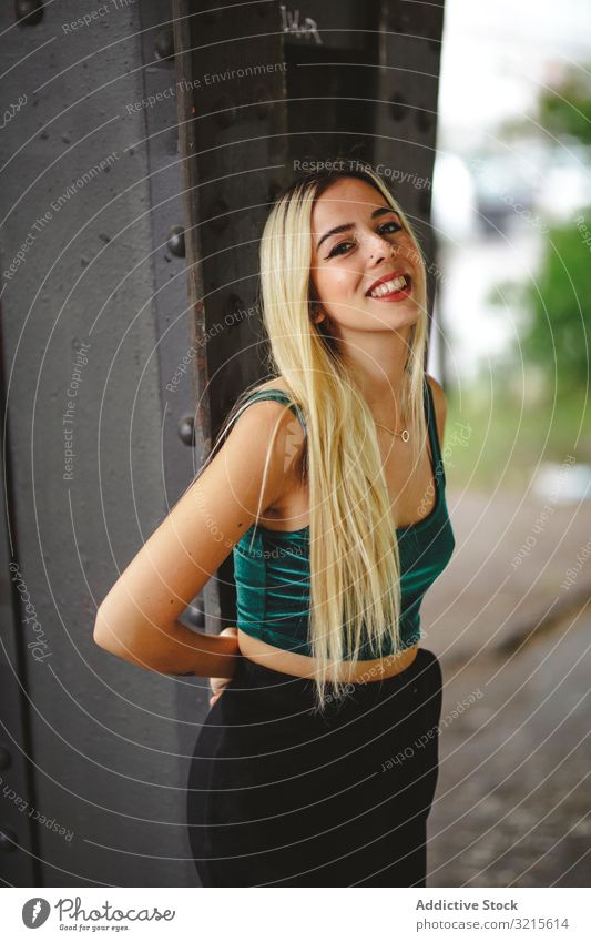 Blondes fröhliches Modell steht und schaut in die Kamera Frau Berlin blond heiter Lächeln jung schön stylisch schlank elegant attraktiv lässig Behaarung trendy