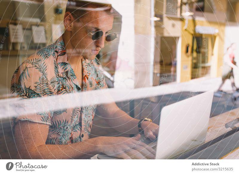 Mann arbeitet am Laptop freiberuflich Browsen konzentriert fokussiert nachdenklich benutzend Glas Beruf Café gutaussehend Erwachsener männlich Mitteilung