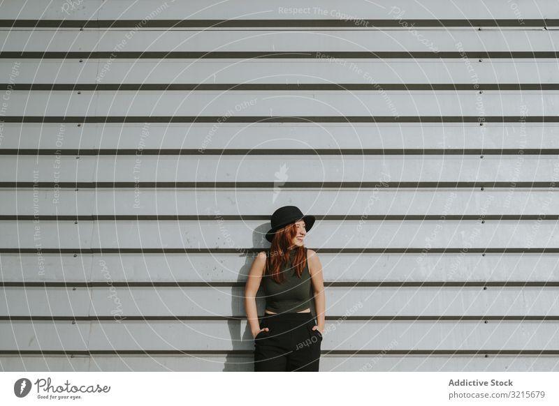 An Wand gelehnte Frau sinnlich Model attraktiv Hut stylisch jung Glück elegant Lifestyle schön modisch trendy traumhaft charmant modern lässig Freiheit urban