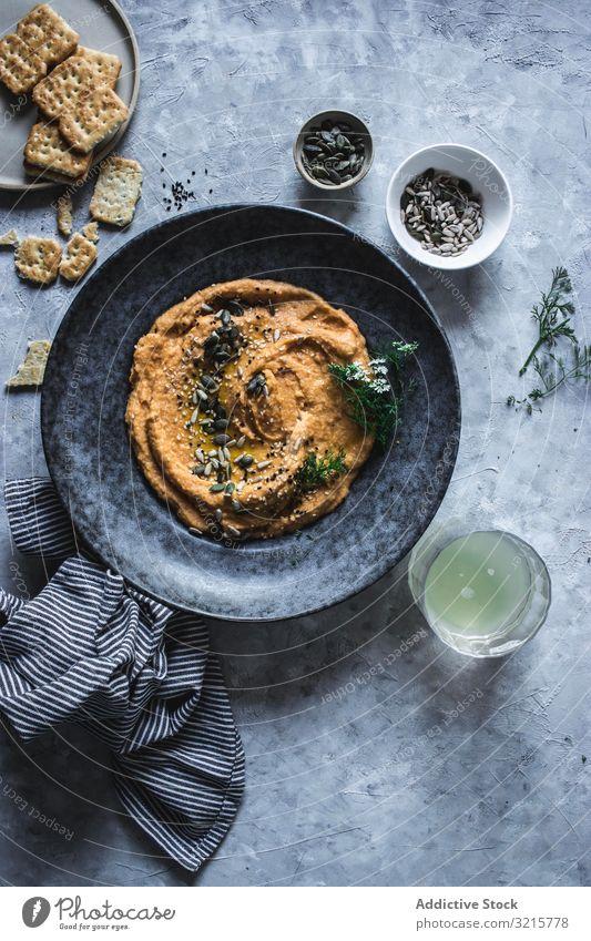 Gebackene Karotten Hummus Kichererbsen Cracker Möhre Samen Dill Lebensmittel lecker Vegetarier Gesundheit orange Essen eintunken. Amuse-Gueule frisch Veganer