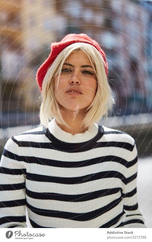 Schöne Frau mit roter Baskenmütze im Freien stylisch trendy gestreift Französisch Mode glamourös jung Person attraktiv schön lässig blond Sommersprosse hübsch