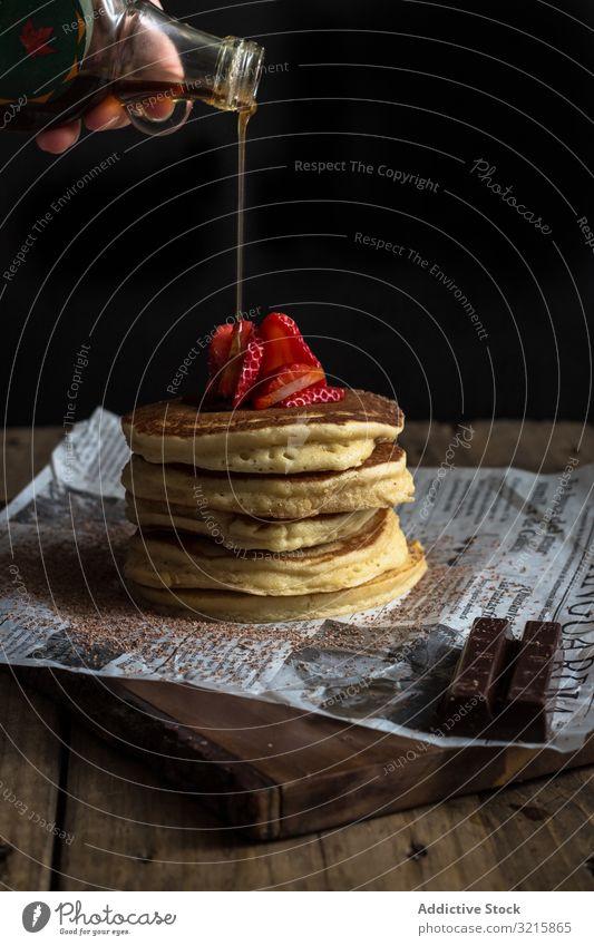 Pfannkuchen mit Erdbeeren und Schokolade in Sirup Belag Frühstück Garnierung geschmackvoll vorbereiten rot Lebensmittel Feinschmecker süß Mahlzeit lecker
