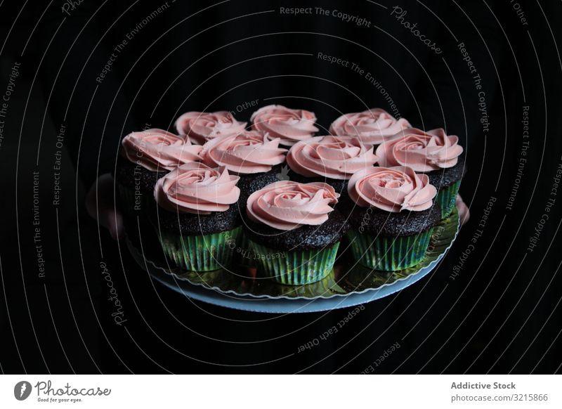Muffins mit rosa Glasur auf Teller komponiert Cupcake Sahne süß Roséwein Gebäck Zuckerguss Lebensmittel Feinschmecker selbstgemacht Küche lecker Bäckerei