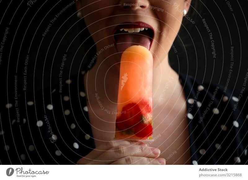 Frau isst Fruchtstampfer mit Beeren Stieleis frisch Lebensmittel lutschen sinnlich Dessert selbstgemacht farbenfroh cool süß kalt Eis geschmackvoll Sorbet
