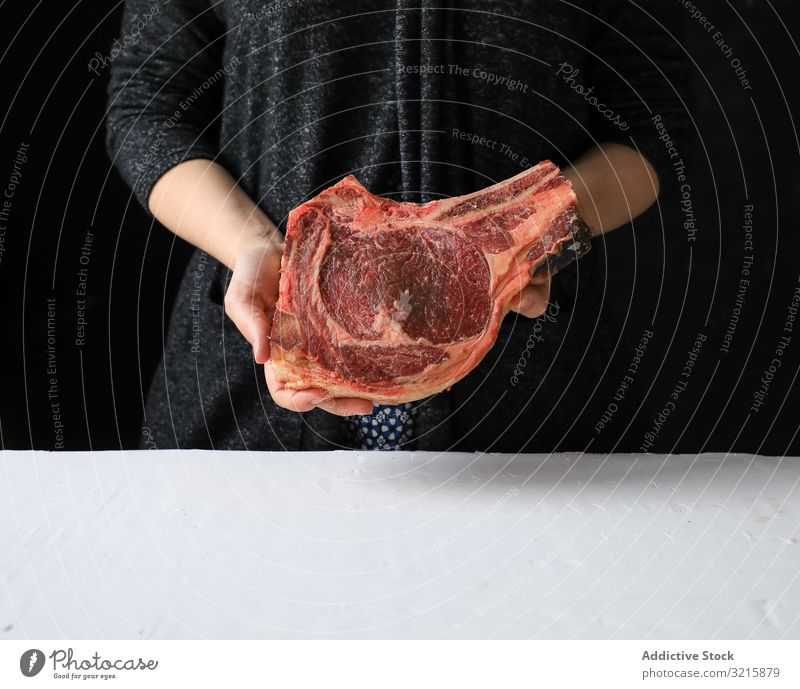 Großes Stück Frischfleisch am Knochen Fleisch appetitlich frisch Essen zubereiten roh Lebensmittel Protein ungekocht Kuh Metzger Vorbereitung Bestandteil