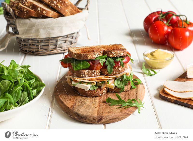 Sandwich mit Gemüse und Käse Belegtes Brot Zuprosten gebraten Tomaten Schinken Rucola Frühstück Lebensmittel Gesundheit Mittagessen Snack Mahlzeit frisch lecker