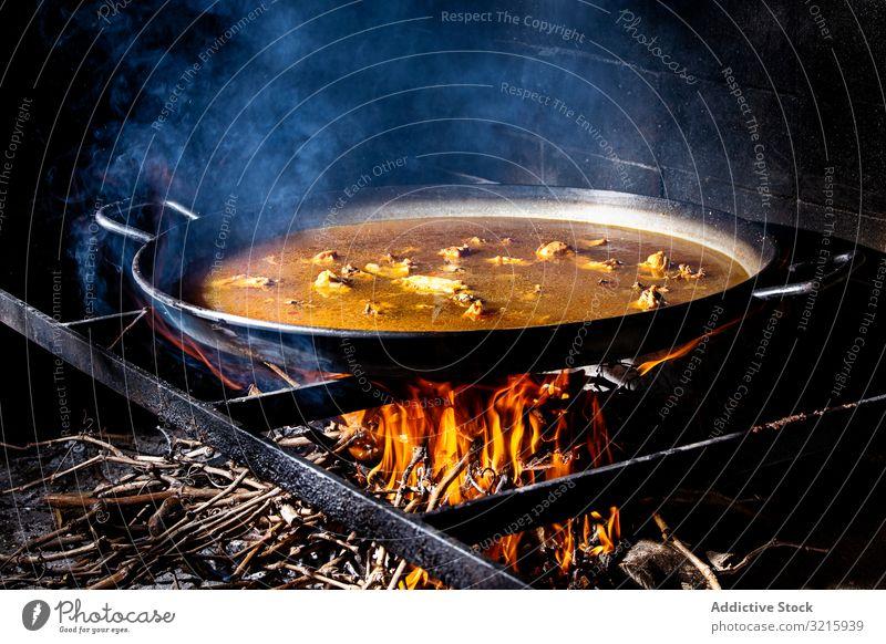 Verfahren zum Kochen von Paella auf Feuer Reis Essen zubereiten Prozess Küche Hinzufügen Spanisch traditionell Lebensmittel Hähnchen Brühe Flamme Pfanne bügeln