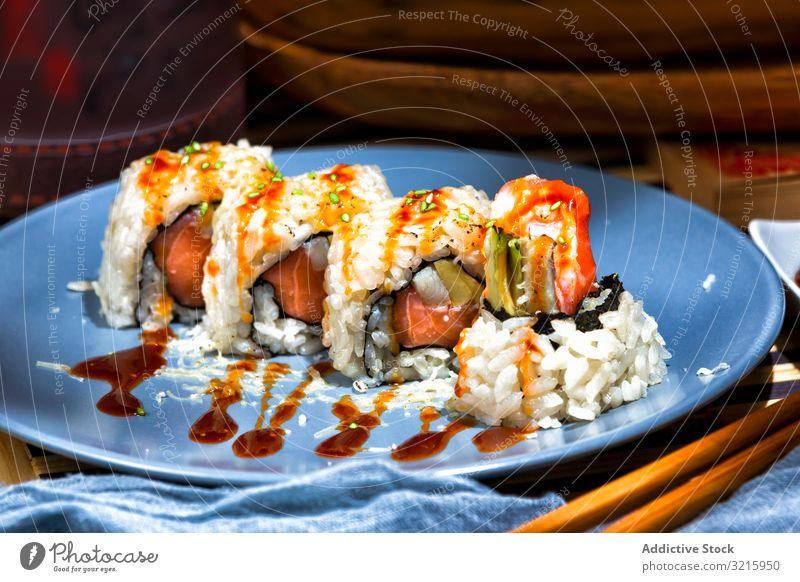 Leckere Sushi mit Sauce auf blauem Teller grün geschmackvoll Gastronomie serviert Fisch lecker appetitlich Restaurant asiatisch Lebensmittel Abendessen Lachs