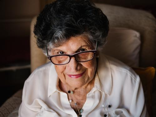 Porträt einer alten Frau in weißem Hemd zu Hause gealtert heimwärts Großmutter Erfahrung Weisheit Aufmerksamkeit Großeltern Generation Senior älter Hautfalten