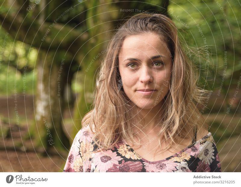 Porträt einer jungen attraktiven Frau gegen Wald verträumt schön grüne Augen Baum Moos hübsch niedlich Model positiv lässig selbstbewusst natürlich Jugend