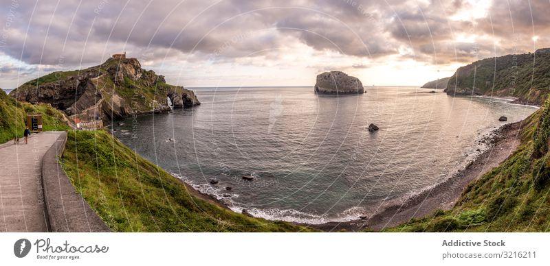 Panoramablick auf schöne Bucht und bewölkten Himmel panoramisch Seeküste wolkig touristisch Weg Windstille Ansicht Wasser Strand MEER Küste Landschaft Natur