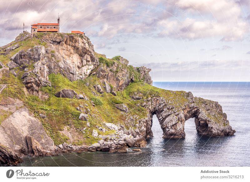 Gebäude auf einer steinigen Insel inmitten von Wasser Seeküste Top Windstille felsig wolkig Himmel Bogen Küste Natur malerisch MEER Landschaft reisen Urlaub