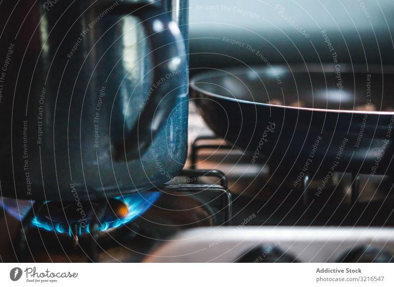 Erwärmung von Küchengeräten auf Gasherd Herd Becher Bratpfanne Feuer Brandwunde erwärmen Koch vorbereiten heiß Metall Flamme heimwärts Vorrichtung heimisch