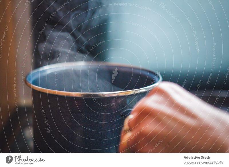Erntehelfer mit dampfendem Becher Hand Verdunstung Getränk heiß Metall vorbereiten heimwärts Frühstück brauen trinken Tasse warm frisch Aroma riechen gemütlich