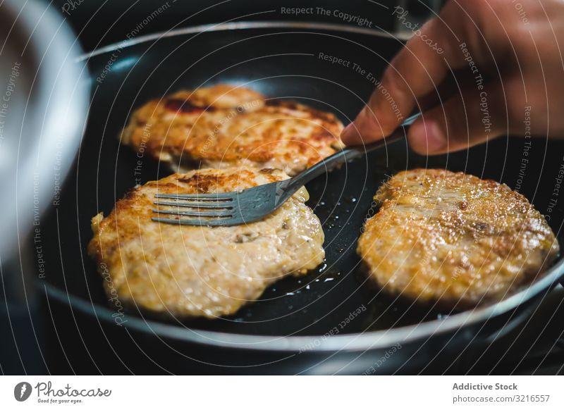 Fleischkoteletts in der Pfanne braten Kotelett Erdöl heiß Küche Koch Lebensmittel Mahlzeit Abendessen Mittagessen Schweinefleisch Hähnchen Braten lecker