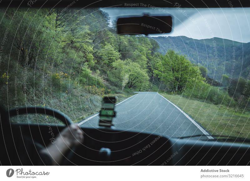 Blick auf eine leere Straße in einem Auto auf dem Land PKW Landschaft ländlich Gegend bedeckt Wetter Reise Roadtrip Urlaub reisen Abenteuer Tourismus Autobahn