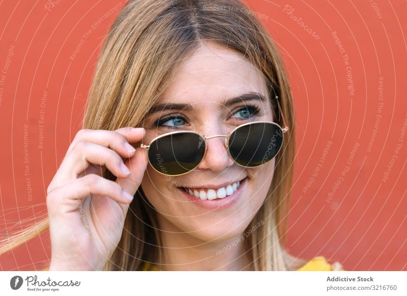 Schöne Frau mit Sonnenbrille lächelt in die Kamera Lächeln Auge posierend Model schön tief Stil jung blau blond Glück Freude Sommer trendy heiter traumhaft