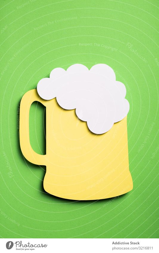 Silhouette eines Bierglases aus Karton Alkohol Kunst Getränk Collage farbenfroh Zusammensetzung Konzept konzeptionell Handwerk Kreativität trinken