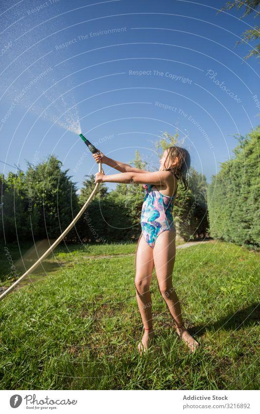Kleines Kind hat Spaß mit Gartenschlauch und Wasser Geplätscher Sommer spielerisch Glück Lifestyle Freizeit Erholung Feiertag Kindheit Junge Freude Genuss