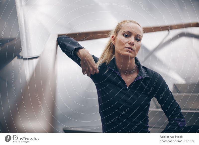 Porträt einer Frau mit Sportkleidung aktiv sportlich schön blond Körper Herz Kaukasier Übung Fitness Fitnessstudio Gesundheit joggen Lifestyle Metall Spiegel