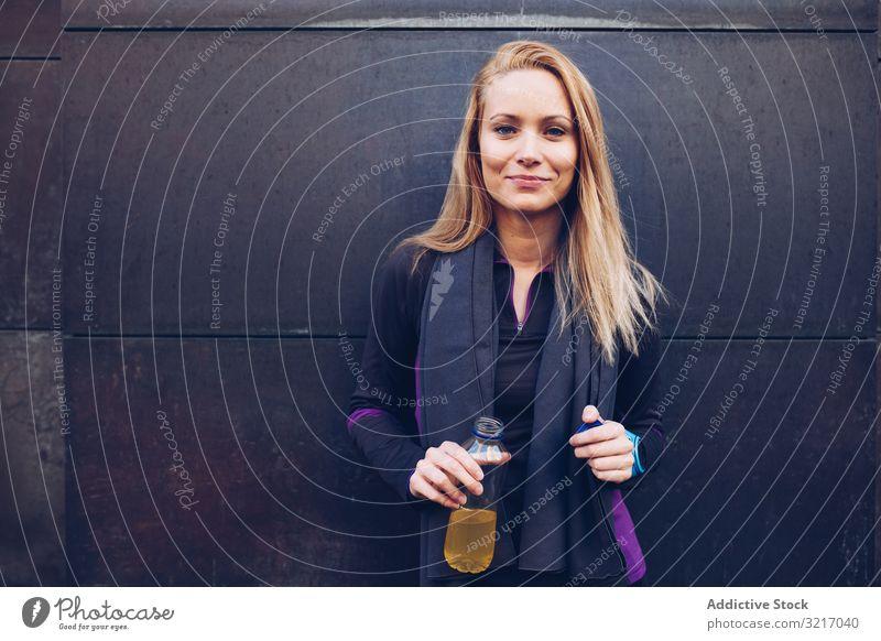 Frau trinkt isotonisches Getränk im Ruhezustand aktiv sportlich schön blond Körper Herz Kaukasier trinken Übung Fitness Fitnessstudio Gesundheit joggen