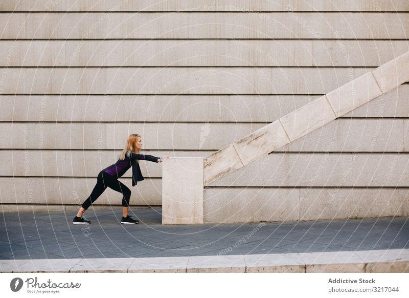 Frau macht einige Dehnungsübungen sportlich Lifestyle urban schlank Straße Training Kaukasier Fitnessstudio Übung Läufer Körper Herz aussruhen Gesundheit
