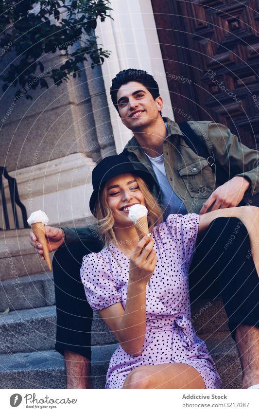 Glückliches Paar, das sich gegenseitig mit Eiscreme füttert Speiseeis füttern heiter Frau Mann Kornett Freundin Essen Lebensmittel Spaß Lifestyle Liebe