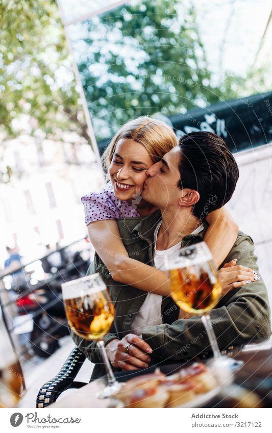 Glückliches junges Paar trinkt Getränke im Freien heiter Frau Mann genießend trinken erfrischend laufen Stadt Bier Freundin Liebe flirten Lifestyle Datierung