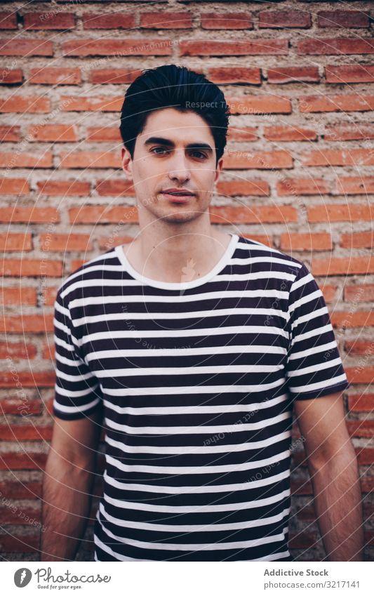 Porträt eines ungezwungenen jungen Mannes attraktiv lässig Lifestyle Typ stylisch entkleidet T-Shirt Stil gutaussehend trendy Person Kaukasier modern urban