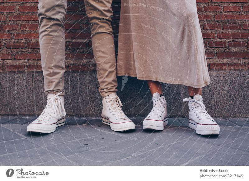 Schrägansicht von ein paar Füßen auf der Straße Menschen Großstadt Fuß anonym Fußgänger beschäftigt Lifestyle reisen Bürgersteig urban Spaziergang im Freien