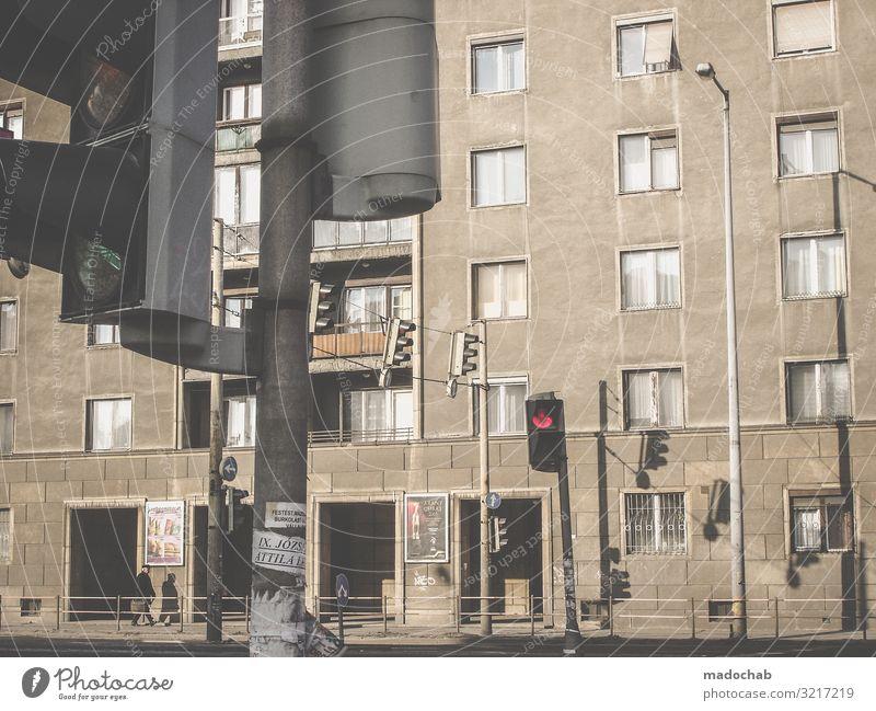 Ostblock Lifestyle Häusliches Leben Wohnung Mann Erwachsene Budapest Stadt Haus Bauwerk Gebäude Architektur Fassade Fenster trist Enttäuschung Verbitterung