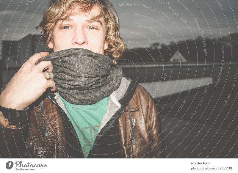 Portrait blond Blickkontakt Lifestyle Nachtleben Mensch Junger Mann Jugendliche Erwachsene Leben 1 authentisch Freundlichkeit trashig Gefühle Stimmung