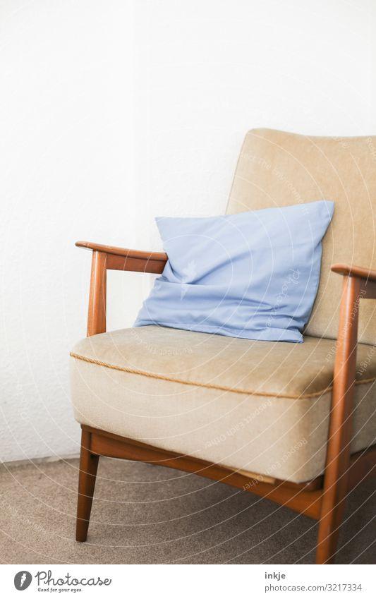 Sessel 60er Stil Häusliches Leben Kissen alt einfach hell blau braun Sechziger Jahre Designermöbel Sitzgelegenheit Farbfoto Gedeckte Farben Innenaufnahme