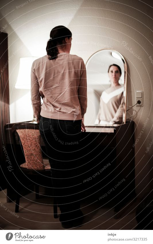 Frau im Spiegel Lifestyle Häusliches Leben Wohnung Schreibtisch Stuhl Raum feminin Erwachsene Körper 1 Mensch 30-45 Jahre 45-60 Jahre Blick stehen authentisch