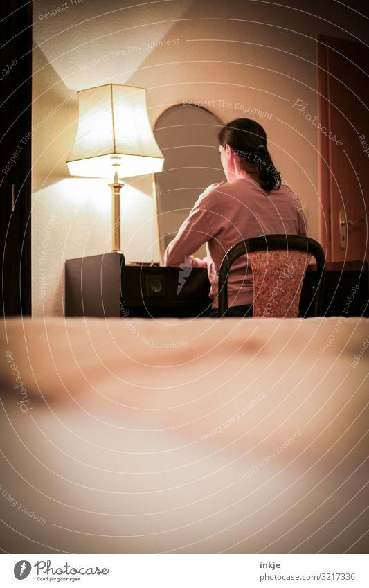 am Schreibtisch Häusliches Leben Wohnung Raum Frau Erwachsene Oberkörper 1 Mensch 30-45 Jahre 45-60 Jahre sitzen dunkel Gefühle Trauer Einsamkeit Nostalgie