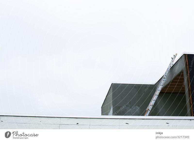 Leiter zum Dach Baustelle Handwerk Menschenleer Einfamilienhaus Gebäude Ferienhaus Hausbau Fassade hoch modern grau Farbfoto Gedeckte Farben Außenaufnahme