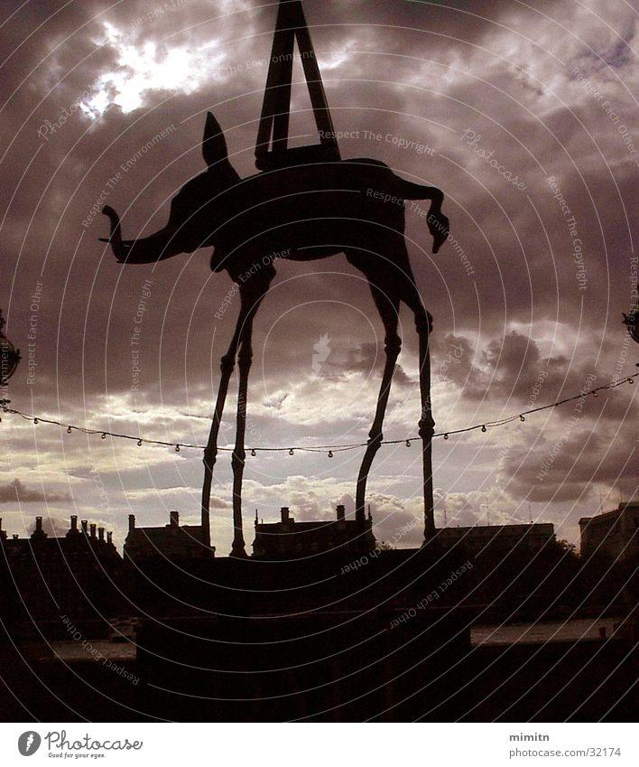 Dali 100th Anniversary Wolken England Messe London Ausstellung Elefant Großbritannien Jubiläum Jahrestag Teatro Museo Dalí Westminster Abbey