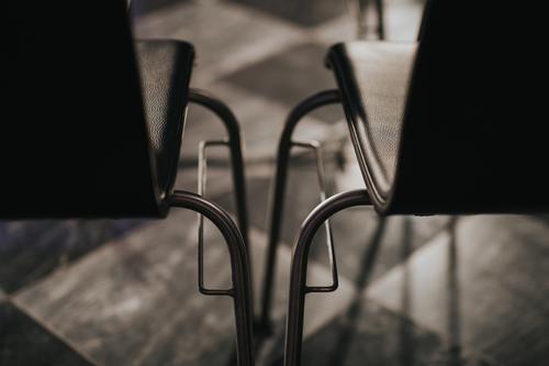 Leere Stühle nebeneinander Stuhl leer Entfernung Menschenleer Farbfoto Innenaufnahme Tag Nahaufnahme Detailaufnahme Schwache Tiefenschärfe abstrakt Leerraum