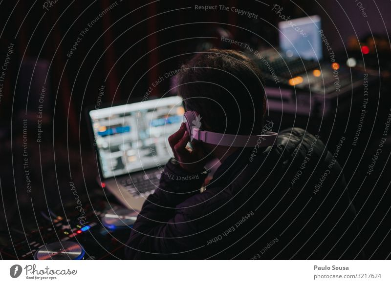 DJ spielt Musik Mensch maskulin Mann Erwachsene 1 beobachten Feste & Feiern genießen hören Kommunizieren Musik hören Glück selbstbewußt Macht Tatkraft