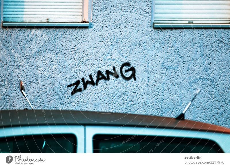 ZWANG Berlin Großstadt sozial Stadt Szene Umgebung Stadtleben Vorstadt Schriftzeichen Beschriftung Graffiti taggen Wort Vandalismus Tagger gesprüht sprühen Wand