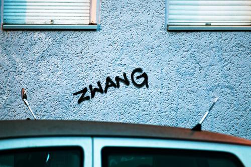 ZWANG Stadt Fenster Graffiti Wand Berlin Textfreiraum Fassade Stadtleben Häusliches Leben Schriftzeichen Wort Großstadt sozial taggen Szene Beschriftung