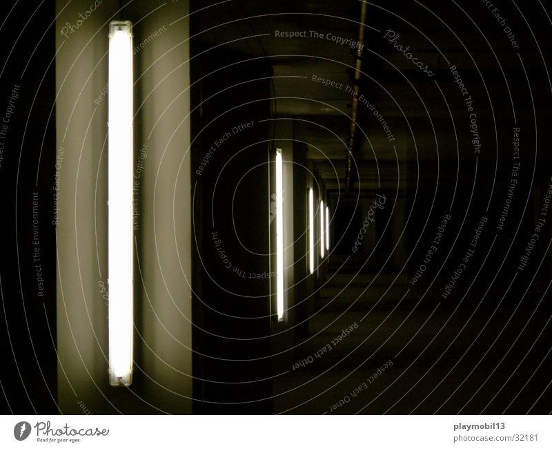 neon schwarz Architektur Raum tief vertikal Neonlicht Empore Installationen Staffelung