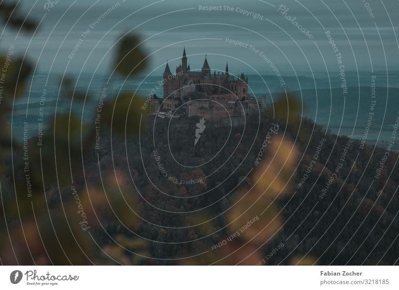 Burg Hohenzollern bei Nebel Natur Landschaft Wolken Sonnenaufgang Sonnenuntergang schlechtes Wetter Baum Burg oder Schloss wandern dunkel blau grün Neugier