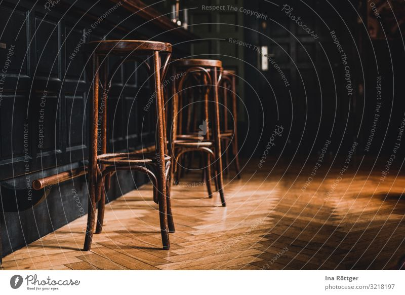 Barhocker Alkohol Cocktailbar ausgehen trinken Feierabend Menschenleer Tür Holz braun grün Kommunizieren Nachtleben Freunde treffen Hocker Theke Parkett
