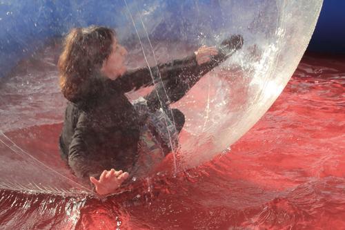 Bubble-Spaß Frau Mensch blau Wasser rot Freude schwarz Erwachsene feminin Bewegung außergewöhnlich Haare & Frisuren Schwimmen & Baden grau Freizeit & Hobby